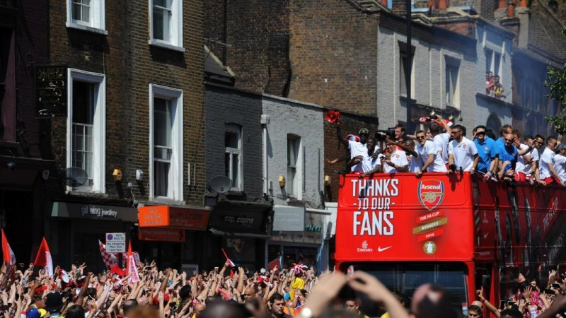 Arsenal fans greet cup heroes at victory parade :)