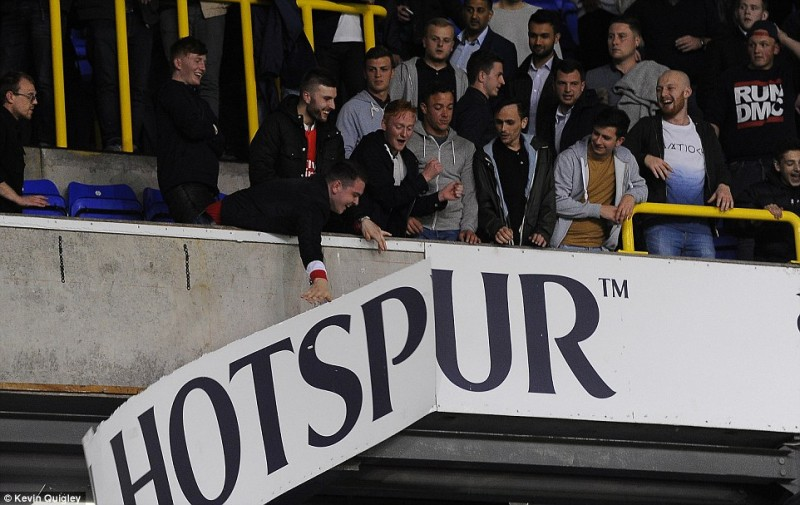 Met Police aresztowała 10 kibiców po meczu Tottenhamu z Arsenalem