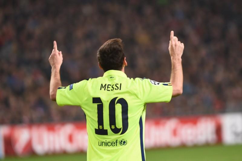 Barcelona z awansem, Messi wyrównał rekord Raula